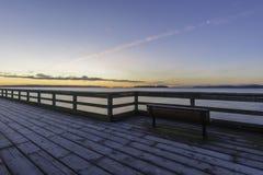 在码头的长凳 免版税库存照片