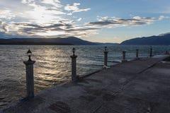 在码头的风雨如磐的日落 库存照片