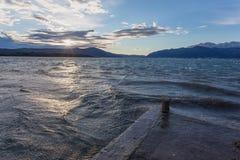 在码头的风雨如磐的日落 免版税库存照片