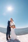 在码头的年轻婚礼夫妇 库存照片