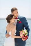在码头的年轻婚礼夫妇 图库摄影