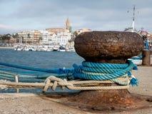 在码头的系船柱, Palamos,肋前缘Brava,西班牙 免版税图库摄影