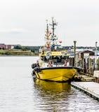 在码头的黄色领航船 免版税库存照片
