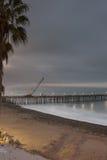 在码头建筑用起重机的阴暗天空 库存图片
