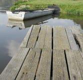 在码头附近的单独小船 免版税图库摄影