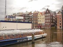 在码头附近的游船在阿姆斯特丹 免版税库存图片
