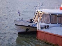 在码头附近的游船 免版税库存照片