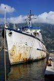在码头附近的老小船 库存图片