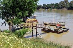 在码头,瓜达尔基维尔河河,它穿过真皮del里约,塞维利亚省,安大路西亚,西班牙的小船 免版税库存照片