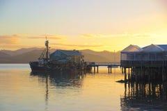 在码头,鱼的渔船购物,日出, Mangonui,新西兰 免版税库存图片