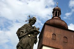 在砂岩宗教雕象和木高耸的一个看法 免版税库存图片