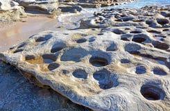 在砂岩的圆的岩石水池 免版税库存图片