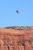 在砂岩Mesa上的热空气气球 库存图片