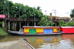 在砂拉越河停放的五颜六色的黄河出租汽车渡轮古晋东马来西亚 图库摄影