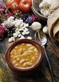 在砂锅烹调的干豆 免版税库存照片