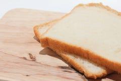 在砍木头的黑面包切片 图库摄影
