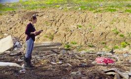 在研究期间的生态学家对垃圾堆 免版税库存照片