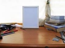 在研究橡木桌位置2的白色框架 免版税库存照片