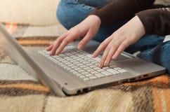 在研究膝上型计算机的妇女的特写镜头视图 免版税图库摄影