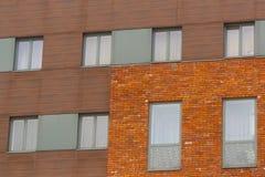 在砖和现代墙壁的灰色窗口 库存照片