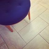 在砖地上的蓝色凳子 免版税库存照片