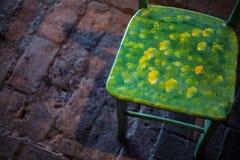 在砖地板上的木椅子 免版税库存照片