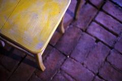 在砖地板上的木椅子 库存图片