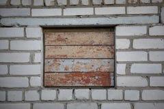 在砖墙上的上的窗口 免版税库存照片