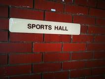 在砖墙上的体育馆标志 免版税库存图片