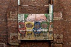 在砖墙上的停车处标志 免版税库存照片