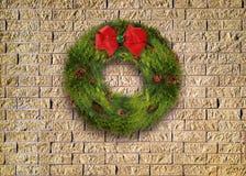 在砖墙上的圣诞节花圈 库存图片