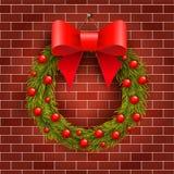 在砖墙上的圣诞节花圈 免版税库存照片