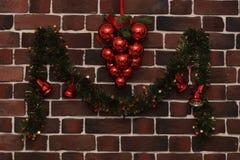 在砖墙上的圣诞节装饰 免版税库存照片