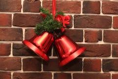 在砖墙上的圣诞节铃声 图库摄影