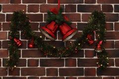 在砖墙上的圣诞节铃声 库存照片