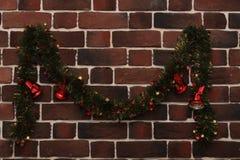 在砖墙上的圣诞节铃声 免版税库存图片