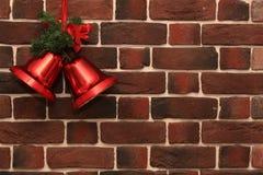 在砖墙上的圣诞节铃声 免版税库存照片