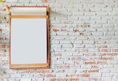 在砖墙上的委员会 免版税库存图片