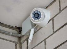 在砖墙上的录影监视器 免版税库存图片