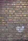 在砖墙上的手拉的白垩心脏 免版税库存照片