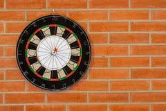 在砖墙上的掷镖的圆靶 免版税库存照片