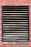 在砖墙上的格栅 免版税库存照片
