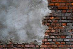 在砖墙上的灰色水泥膏药 免版税图库摄影