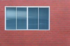 在砖墙上的现代玻璃窗 库存照片
