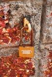 在砖墙上的生锈的挂锁 库存照片