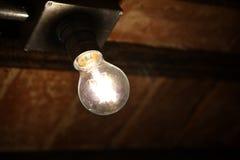 在砖墙上的电灯泡 免版税库存图片
