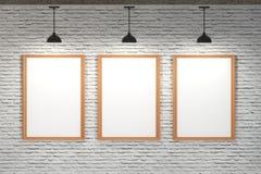在砖墙上的白板有天花板灯的 免版税库存图片