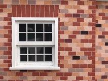在砖墙上的白色葡萄酒窗口 免版税库存图片