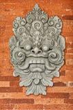 在砖墙上的石浅浮雕。 印度尼西亚,巴厘岛。 免版税库存图片