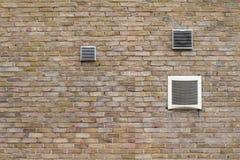 在砖墙上的空调出气孔 库存图片
